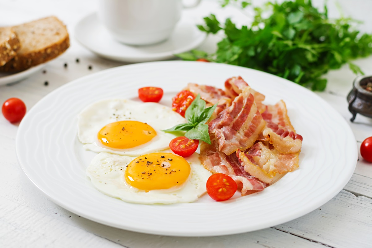 English breakfast – fried egg, tomatoes and bacon.